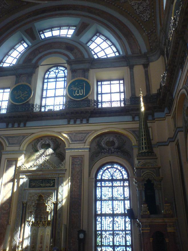 Bezmiâlem Valide Sultan Camisi inside
